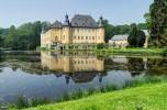 Замок Дик 2-14 один из самых больших замков на воде в Германии. Первое упоминание о замке датируется 1094 годом.  Замок окружён тройной системой рвов.