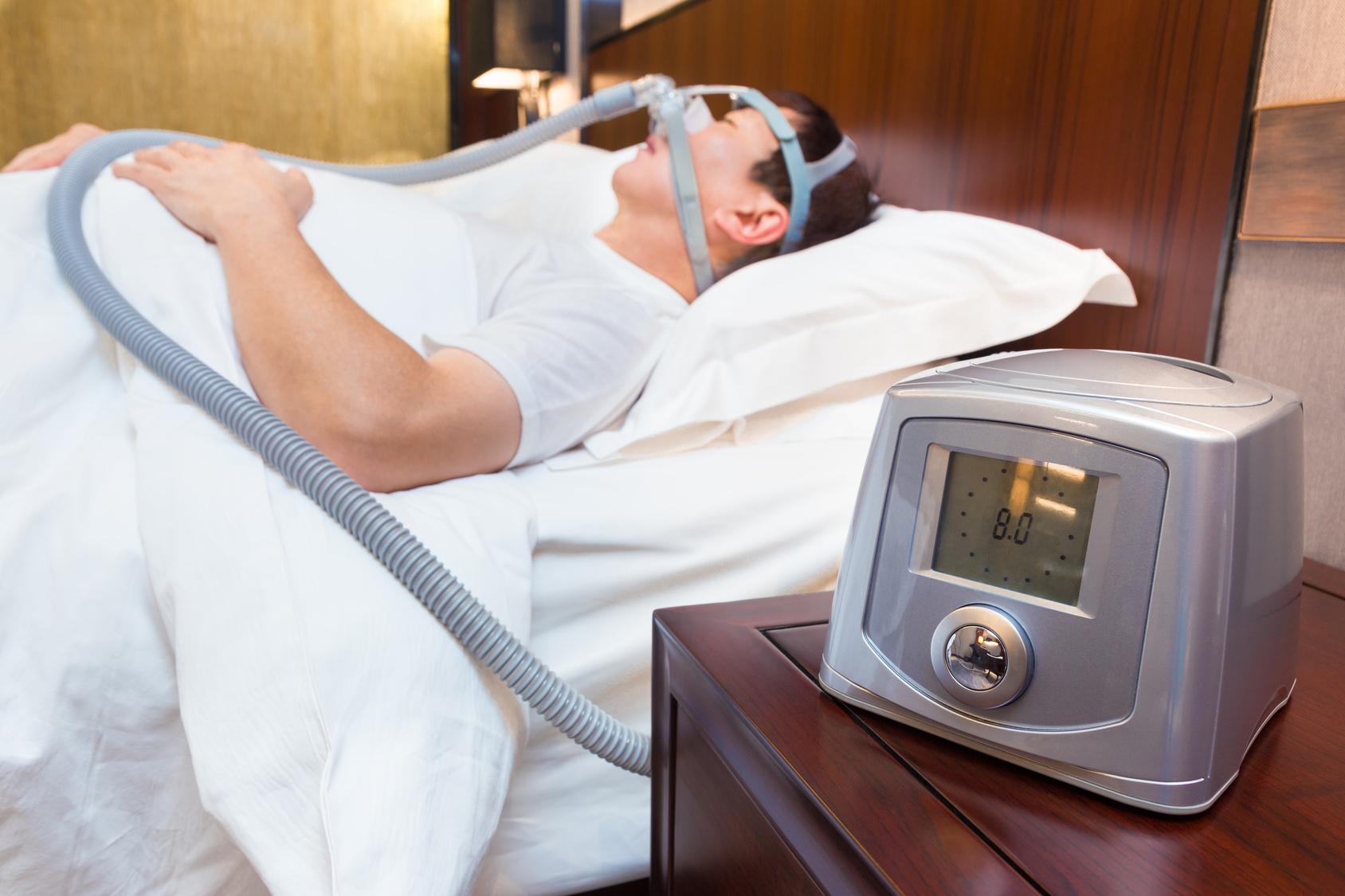 С помощью СРАР-аппарата воздух под давлением поступает в верхние дыхательные пути