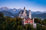 Schloß Neuschwanstein - Das wohl bekannteste Schloß der Welt befindet sich ganz im Süden von Deutschland, nahe der Grenze zu Österreich. Wenn Sie sich in Bayern oder Baden-Württemberg aufhalten, sollten sie dieses Kleinod auf jeden Fall besuchen.
