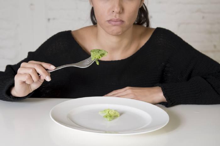 Скудный рацион — один из факторов гормональных нарушений, которые могут вызывать бесплодие.