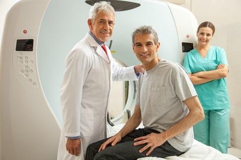 Специалист готовит пациента к проведению МРТ