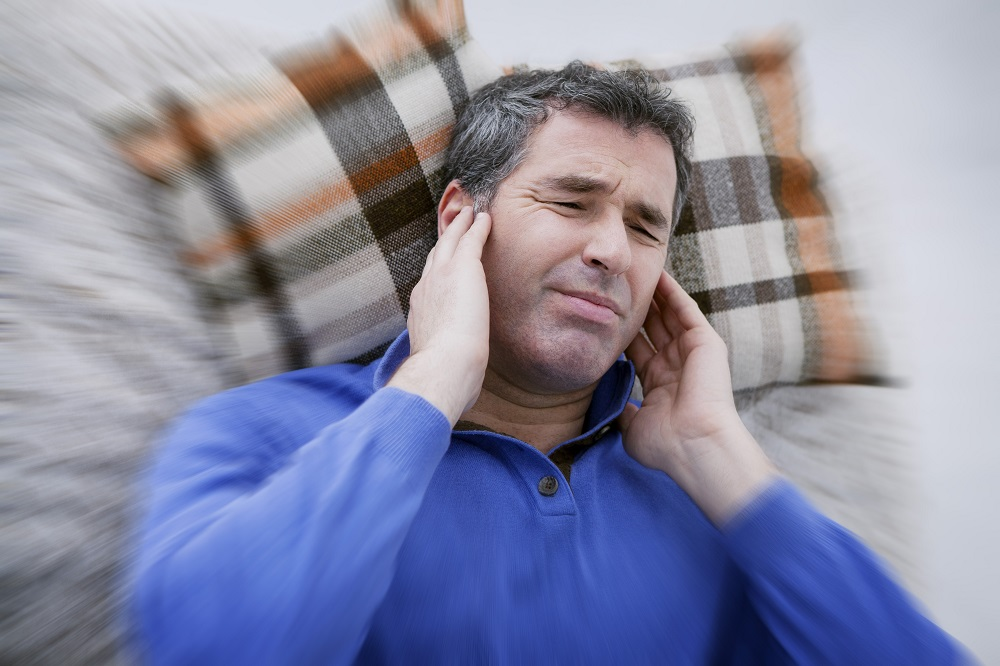 Тиннитус проявляется ощущением постоянного шума в ушах.Tinnitus