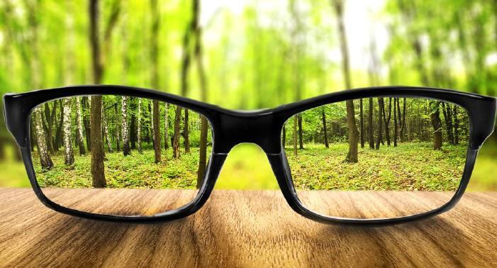 Одним из наиболее распространённых способов коррекции зрения по-прежнему является ношение очков
