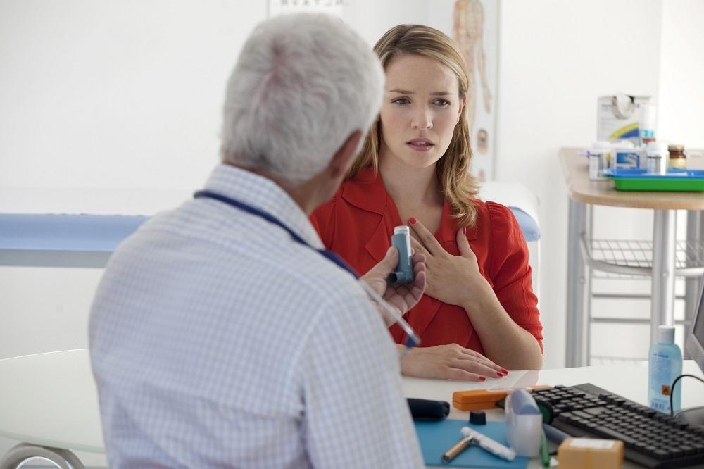 Астма: врач и пациент обсуждают стратегию лечения.